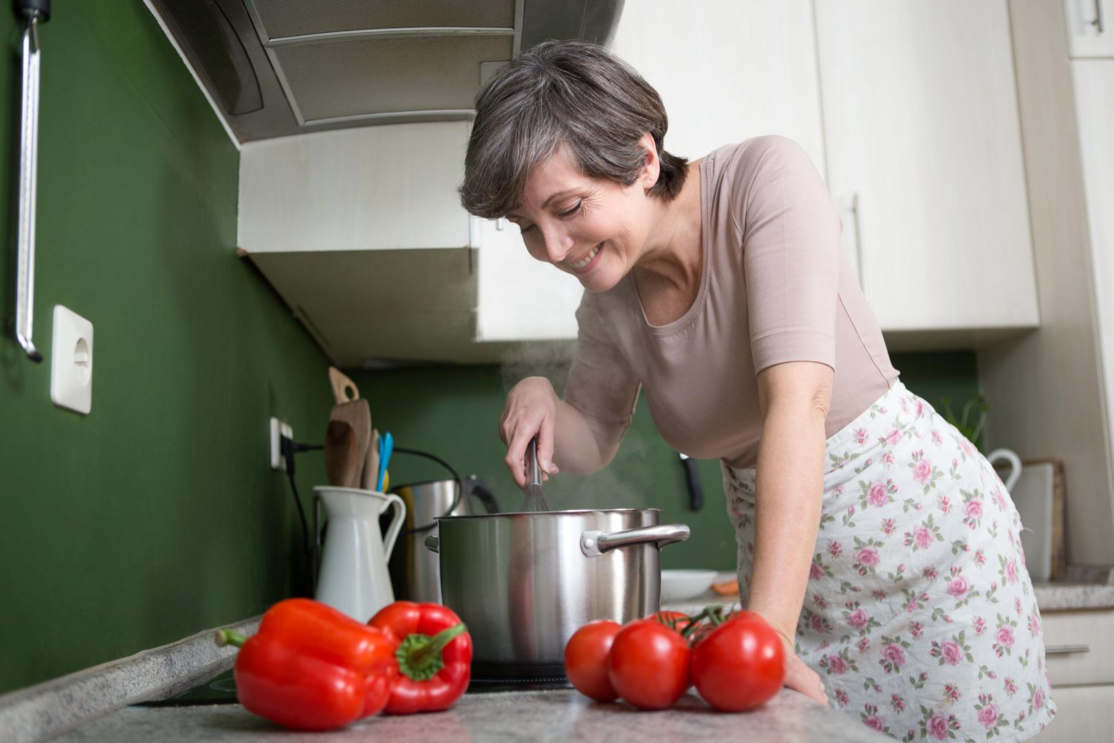 best ager senior beim kochen in der küche