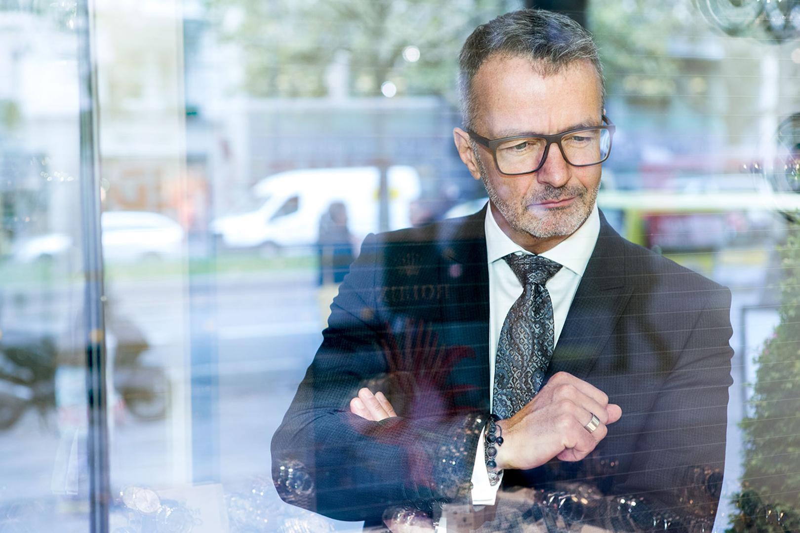portrait des geschäftsführers eines renomierten juweliergeschäfts am kudamm berlin